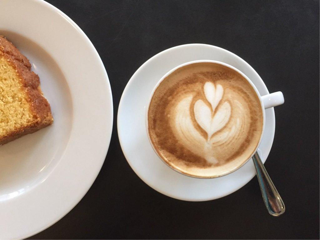 Cappuccino mit Zitronenkuchen, (c) hehocra