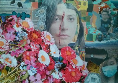 Collage, Papier, Frauenporträt mit starrem Blick, Blut auf der Stirn, bunt, Schnipsel, Blumenstrauß rot und weiß