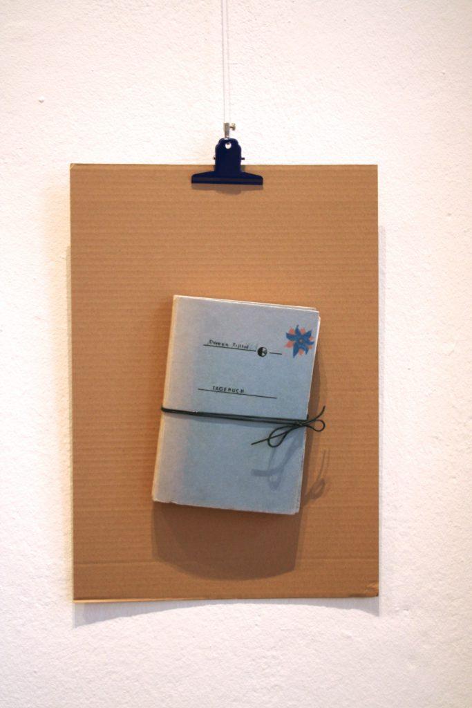 Tagebuch auf Pappe, hängend