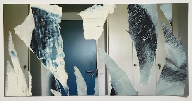 Fotografie von einer Tür mit Schränken daneben, Büro, mit Papier darüber