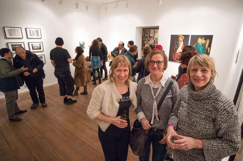 """Aino el Solh, Doreen Trittel, Dr. Carola Muysers (v.l.n.r.) bei der Finissage der Gruppenausstellung """"Mutabor"""", Foto von Christian Appl"""