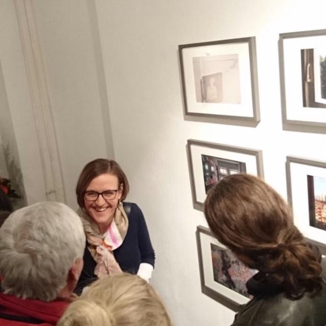 Doreen Trittel im Gespräch mit Gästen, Vernissage Mutabor