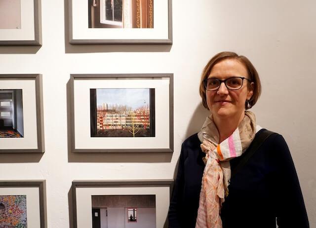 Vernissage Mutabor, Doreen Trittel vor ihren Werken, Foto von Kater Kosz