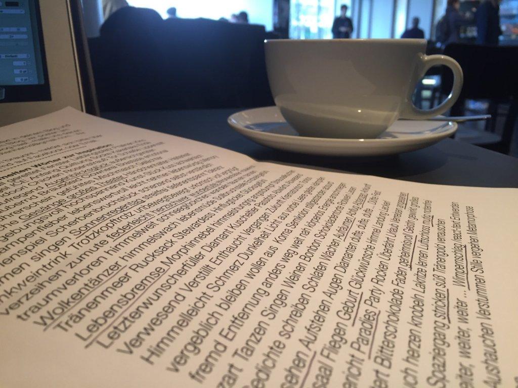 Im Café mit dem Wörter-Pool vom Totenhemd-Blog; Foto by hehocra