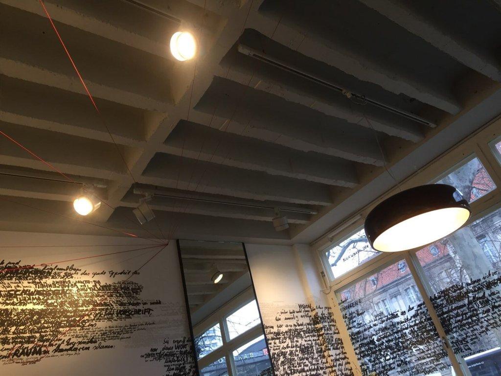 Installation von Brigitte Waldach im Café des C|O Berlin, Foto by hehocra