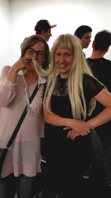 Aino Onia mit ihrer Perücke, die Teil ihrer Lesung war, und Doreen Trittel, (c) Carola Muysers