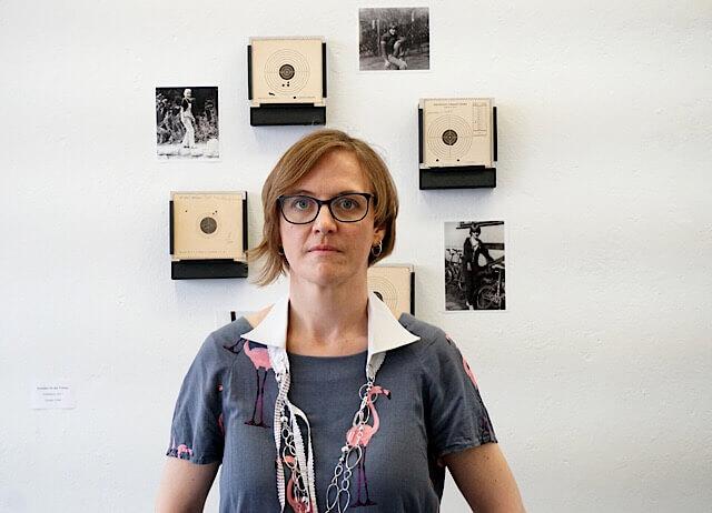 """Doreen Trittel vor ihrer Arbeit """"Schießen für den Frieden"""" inszeniert und fotografiert von Kater Kosz (c)"""
