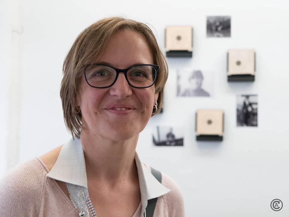 """Doreen Trittel vor ihrer Arbeit """"Schießen für den Frieden, Teil 1"""", (c) Christian Appl"""