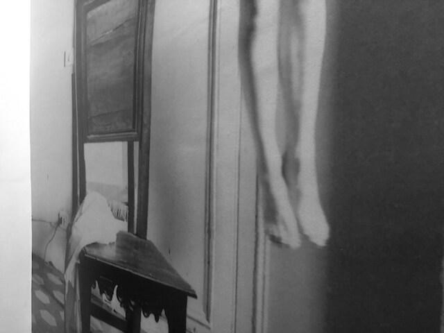 Francesca Woodmann, o.T., Rome 1977-78, Ausschnitt eines lebensgroßen Fotoabzuges (Tapete im Treppenhaus der Ausstellung, London)