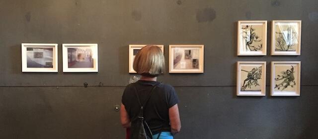 Besucherin vor Eva Gjaltema Werken, Soeht7