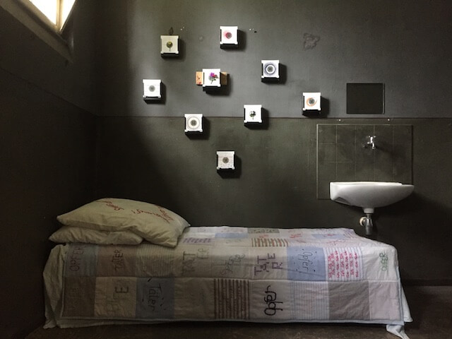 Installation in der Zelle 8, ehemaliges Frauengefängnis SOEHT7, Berlin, (c) Doreen Trittel