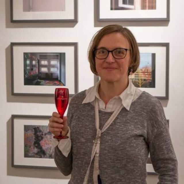 """Doreen Trittel vor ihrer Arbeit """"Typenschulbau"""", 2017, (c) Christian Appl"""