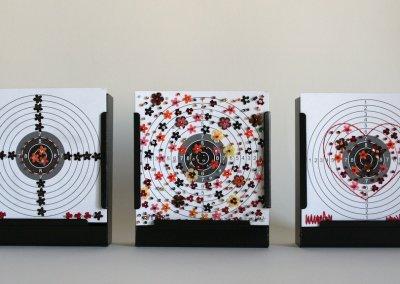 Schießen für den Frieden Nr. 06|2017, 3er-Set, Teil 2 Installation/ Objekte, Zielscheiben mit Fäden, Perlen und Pailletten bestickt jeweils im Kugelfangkasten (schwarz, Metall); je 15 x 16 x 5 cm, 2017, (c) Doreen Trittel