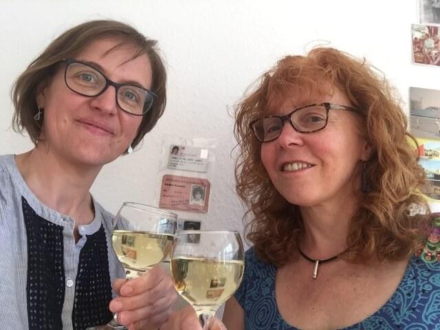 Susanne Haun und Doreen Trittel begießen den Abschluss einer erfolgreichen Ausstellung, 2018