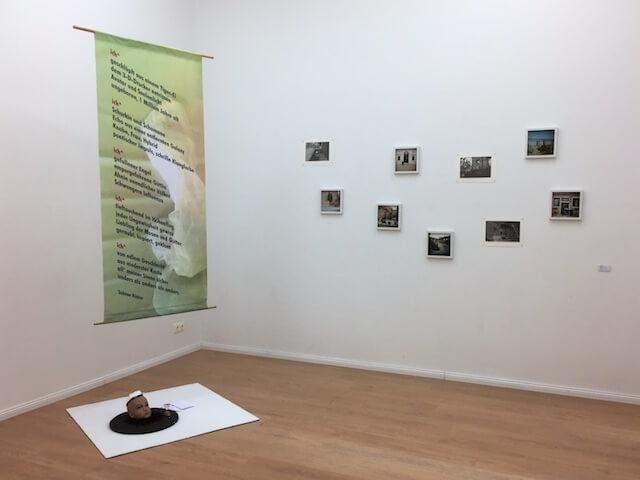 Fotografien an der Wand von Carla Pohl, Installation & LiveAktion von Sabine Küster