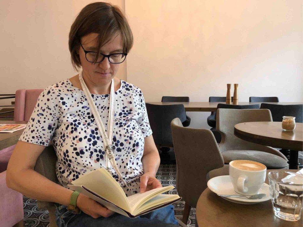 Lesen im Café, (c) Doreen Trittel