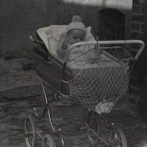 Baby im Kinderwagen sw