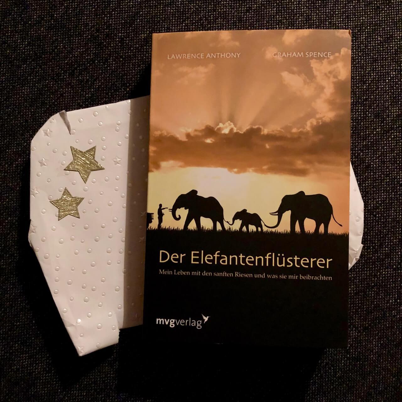 Der Elefantenflüsterer, mvgverlag - Ein Wichtelgeschenk auf das ich mich über die Feiertage freue.