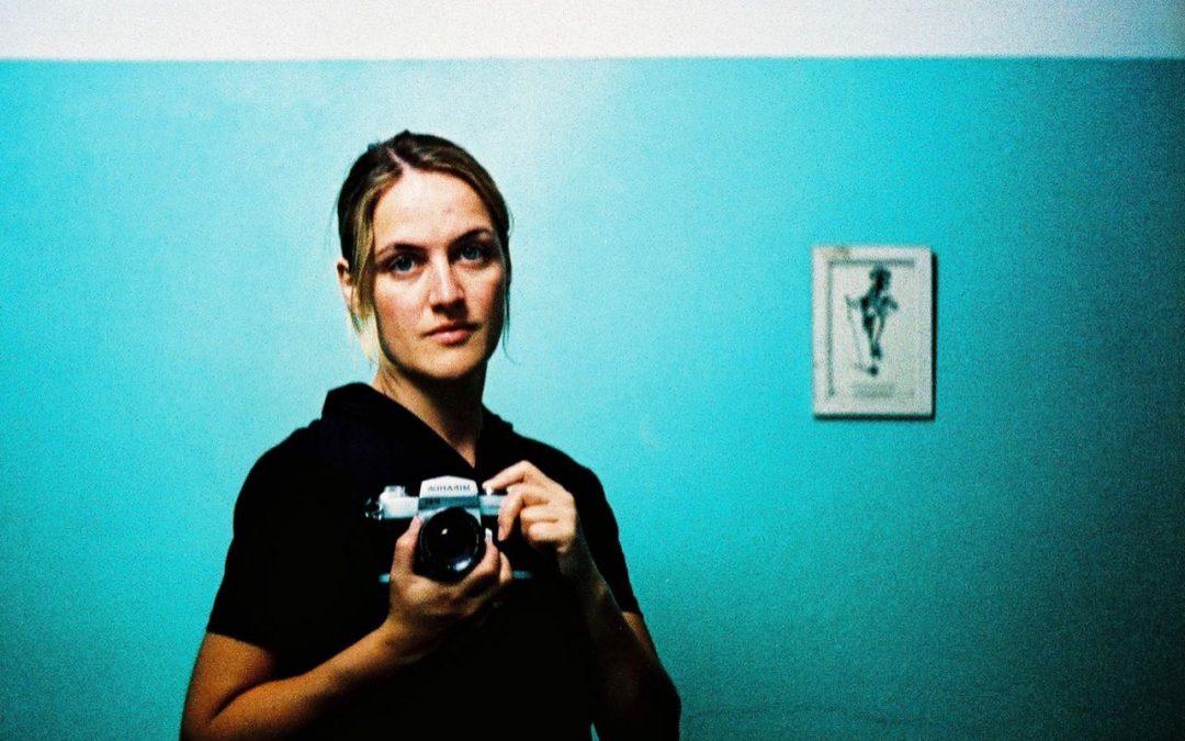 Selbstporträt mit Kamera, analog, cross/ gecrosst, Diafilm wie Negativfilm entwickelt, (c) Doreen Trittel. Künstlerin, Bloggerin, Impulsgeberin
