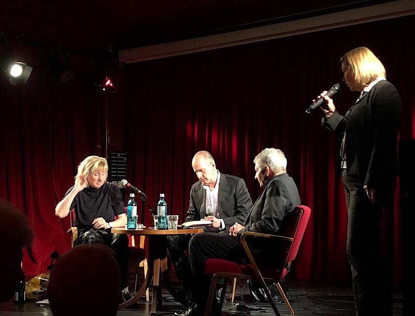 Ines Geipel, Jens Bisky, Roland Rahn (sitzend v.l.n.r.) bei der Buchvorstellung im Roten Salon, März 2019