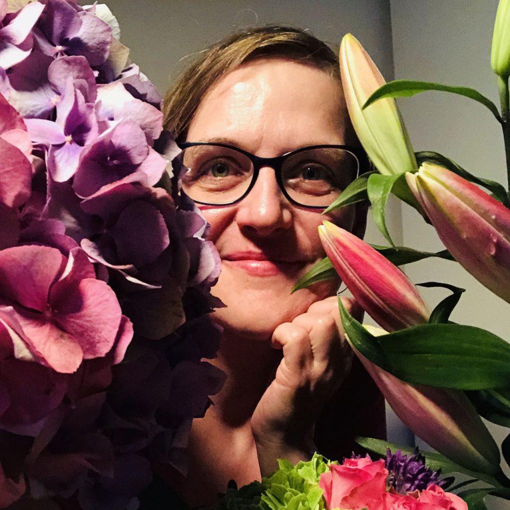 Porträt von Doreen Trittel von Blumen umrankt