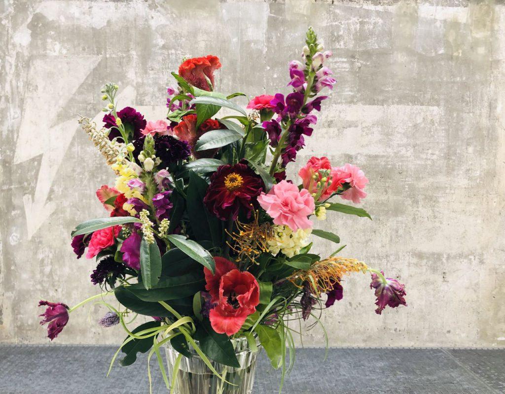 Bunter Blumenstrauß vor einer Betonwand in der Boros Collection (private Sammlung in Berlin), fotografiert von Doreen Trittel