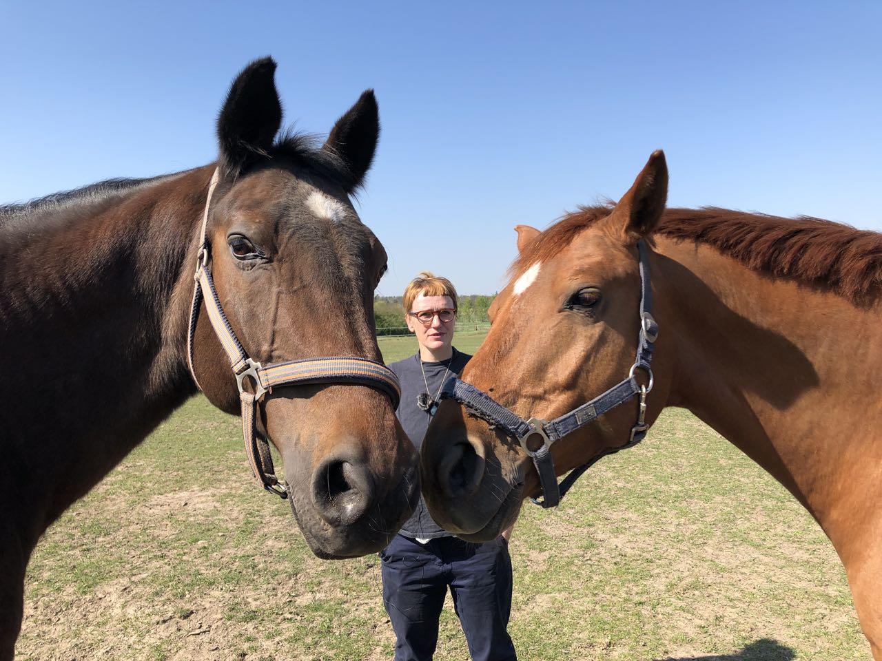 Carla Pohl und Pferde