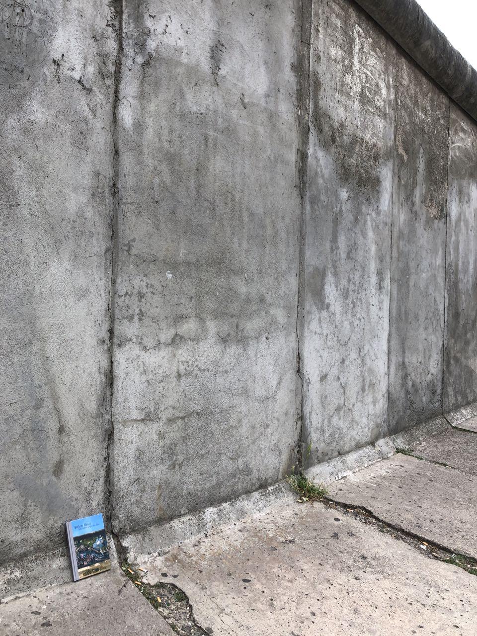 Berliner Mauer. Botschaften gegen das Grau von Volker Noth, Grafiker und Fotograf mit Fotografien aus den Jahren 1982 – 1990 und 2011 Hardcover Seitenformat 21 x 14,8 cm, 88 Seiten Selbstverlag, 2011