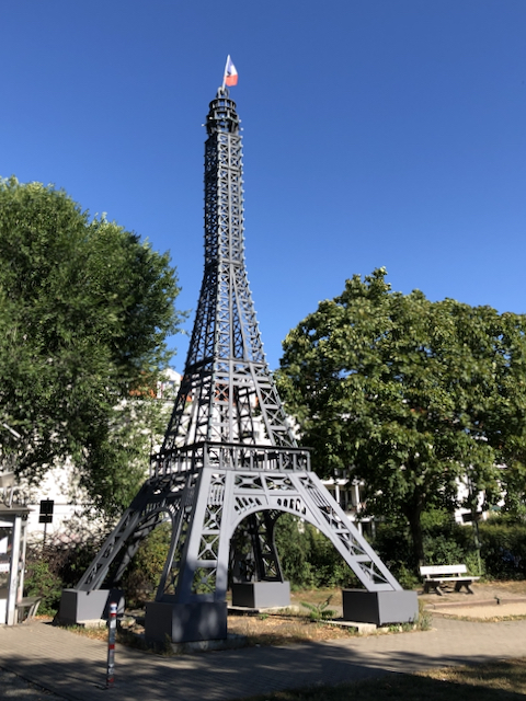 Der Eiffelturm neben dem Centre Francais, Müllerstraße 75, 13349 Berlin.